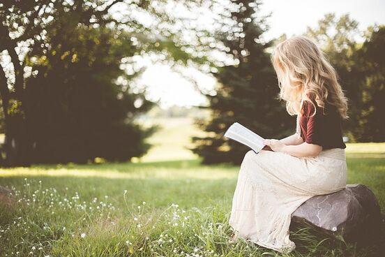 Vrouw lezend StockSnap.jpg